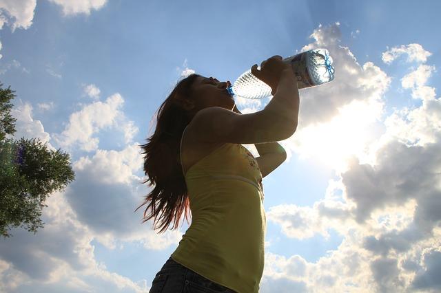 chica bebe agua